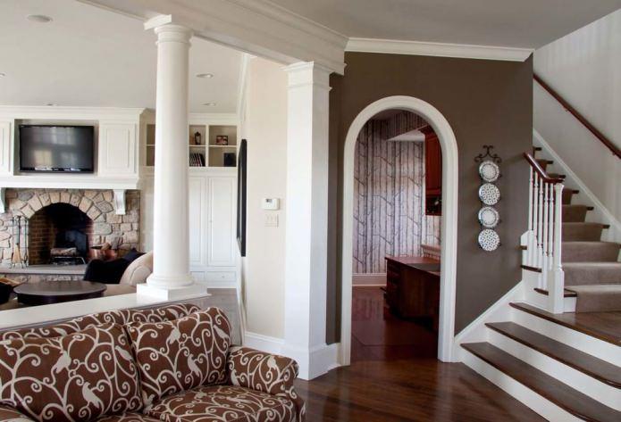 arche ovale à l'intérieur du salon
