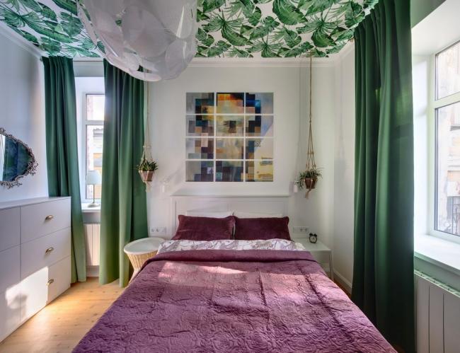 Assez de vert ne surchargera pas la pièce