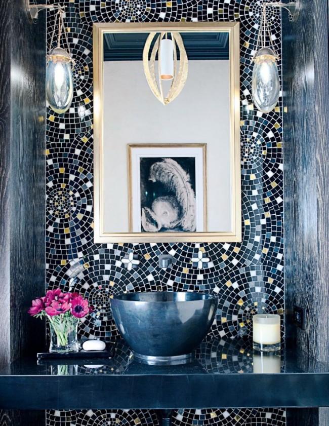 Salle de bain avec motifs en mosaïque concentriques