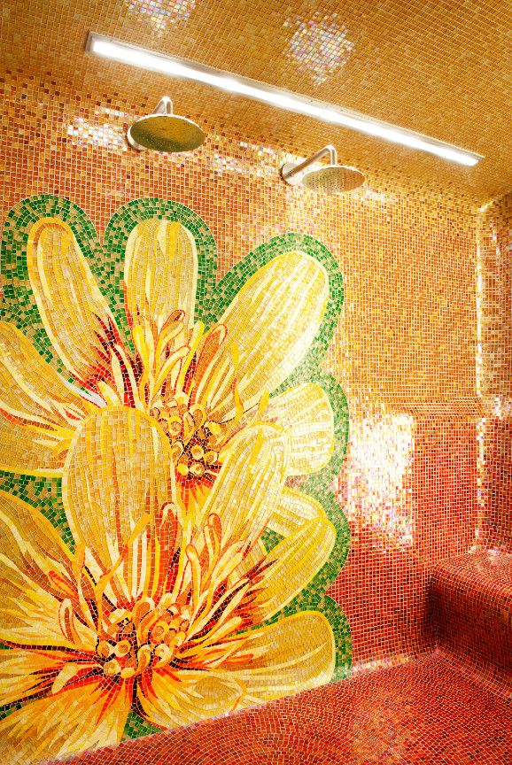 Panneau fleuri dans les tons orangés de la mosaïque de la salle de bain