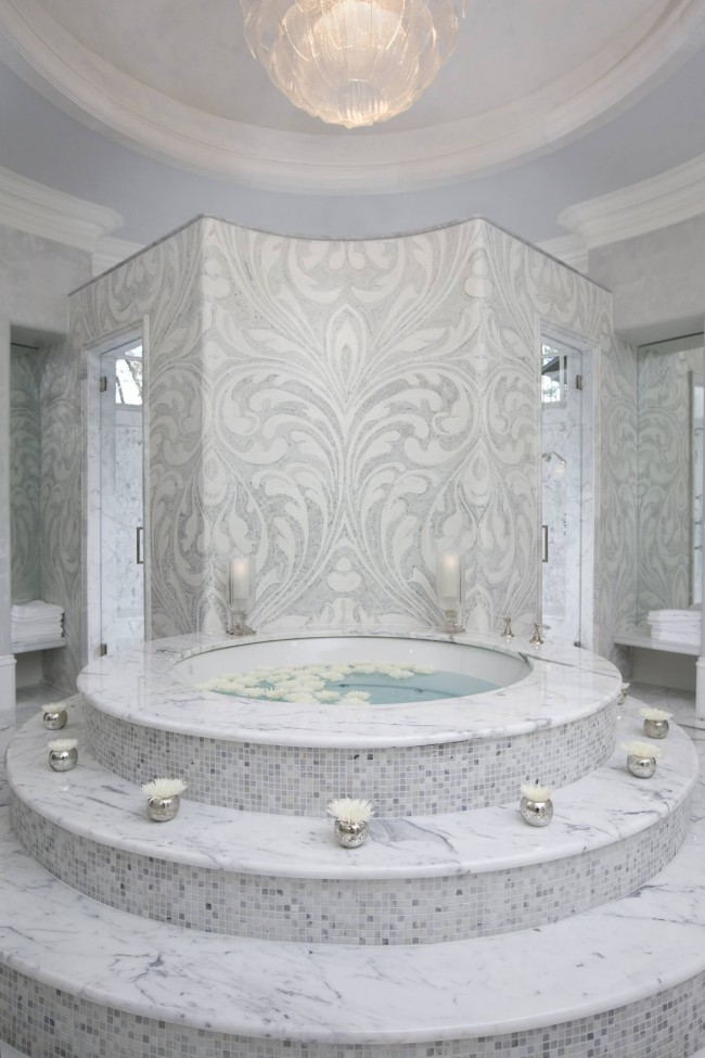 Baignoire ronde luxueuse avec marches en mosaïque de marbre