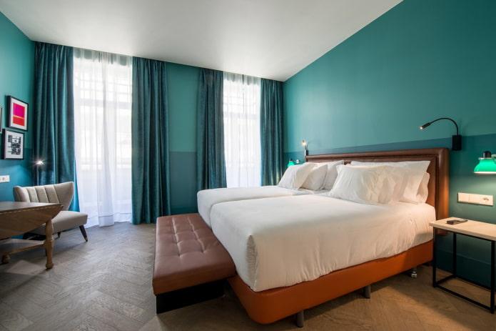 meubles à l'intérieur de la chambre turquoise