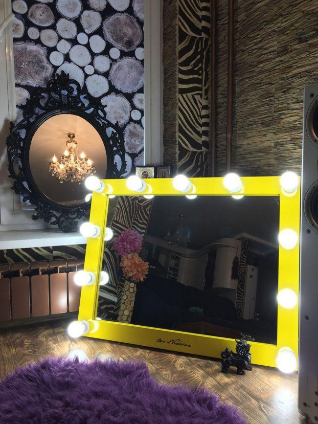 Cadre lumineux sur le miroir de maquillage