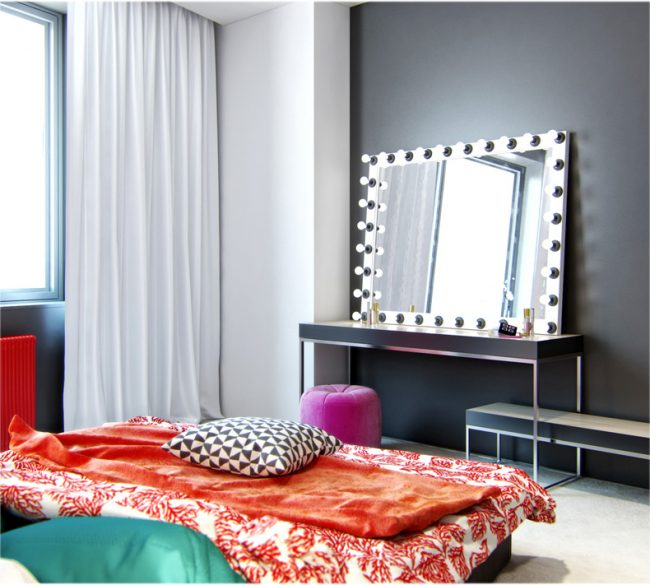 Miroir de maquillage lumineux dans la chambre