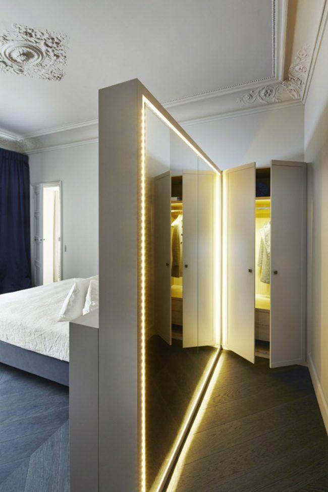 Miroir pleine longueur luxueux avec éclairage panoramique dans un intérieur classique