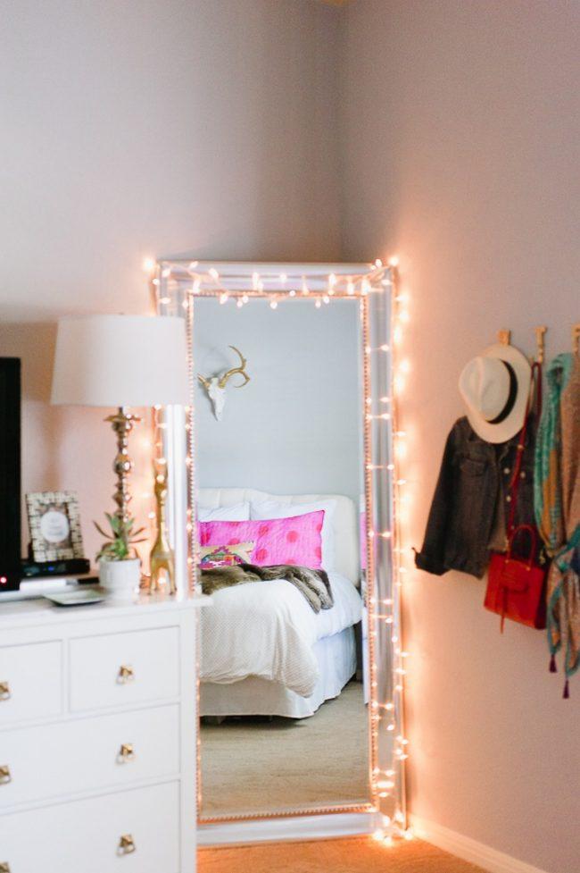 Décor et éclairage d'appoint pour un miroir en pied avec une guirlande