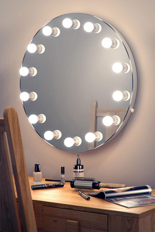 Un grand nombre de lampes autour du miroir vous aide à vous voir aussi clairement que possible et à créer le maquillage parfait