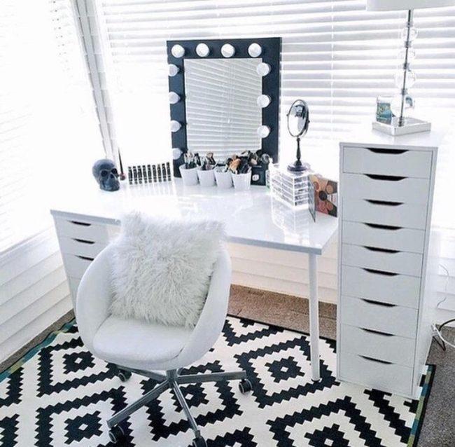 Cadre contrasté d'un miroir de maquillage dans une chambre lumineuse