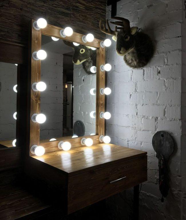 Une petite coiffeuse associée à un miroir de maquillage ne prendra pas beaucoup de place