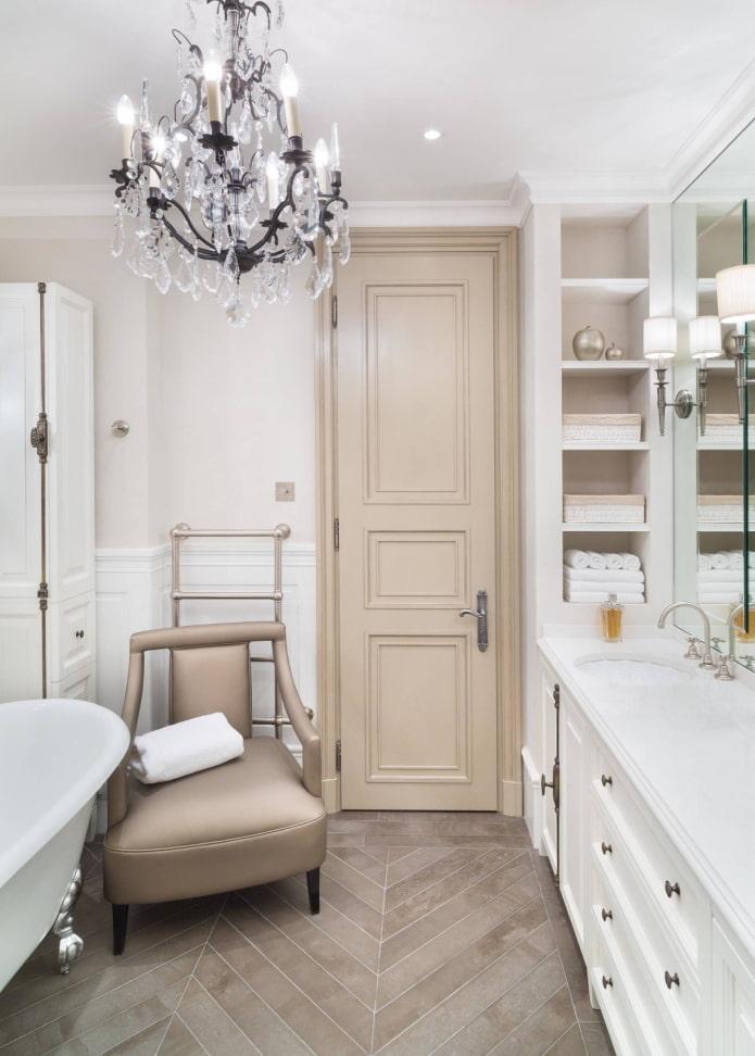 Salle de bain avec fauteuil