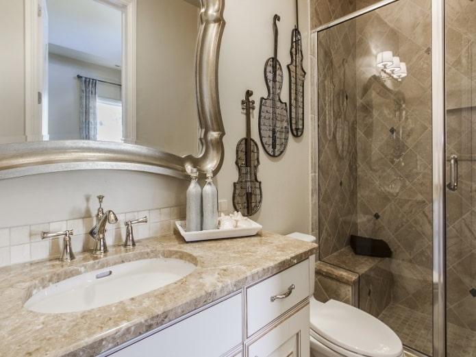 Intérieur de salle de bain beige
