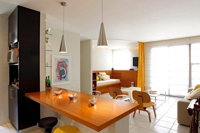 Petite chambre séparée du salon par des rideaux