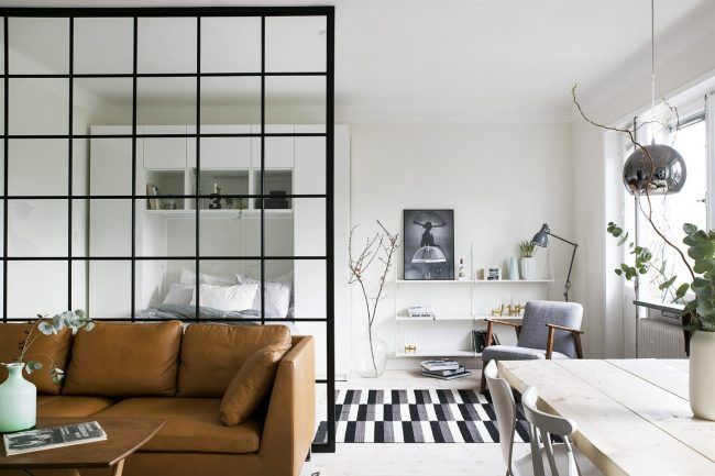 Bel intérieur d'un studio dans le style scandinave