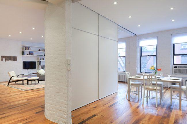 La couleur blanche dans la décoration aidera la pièce à la rendre visuellement plus grande.