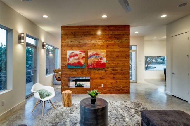 Bel intérieur d'un appartement d'une pièce avec des éléments de style écologique