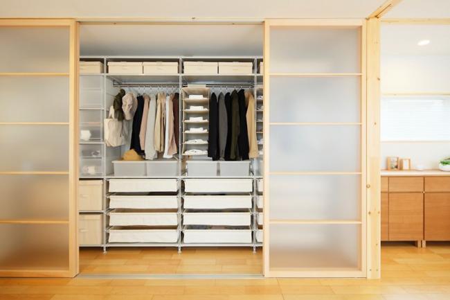 Dans un appartement spacieux, vous pouvez vous permettre de construire une pièce séparée pour ranger les choses.