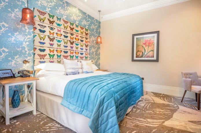 intérieur de chambre beige et bleu