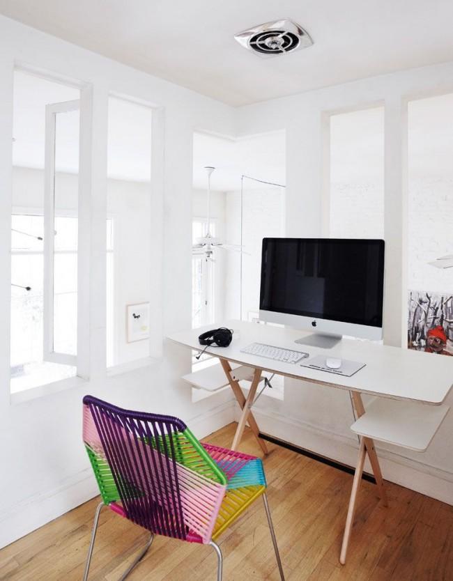Table compacte et légère avec des étagères pratiques sous le plateau
