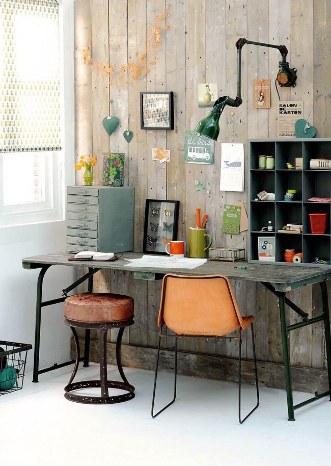 Une petite table avec tiroirs, assortiments et étagères : organisation initiale de l'espace pour la créativité, travail avec des collections d'objets, travaux d'aiguille