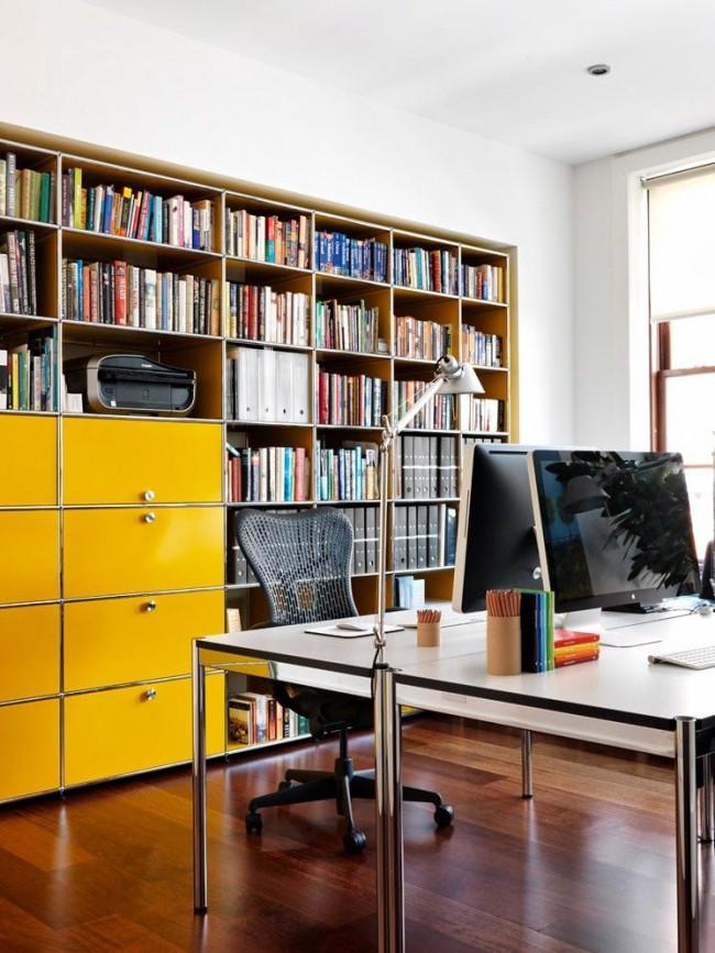 Façade de bibliothèque jaune vif dans le bureau à domicile pour deux