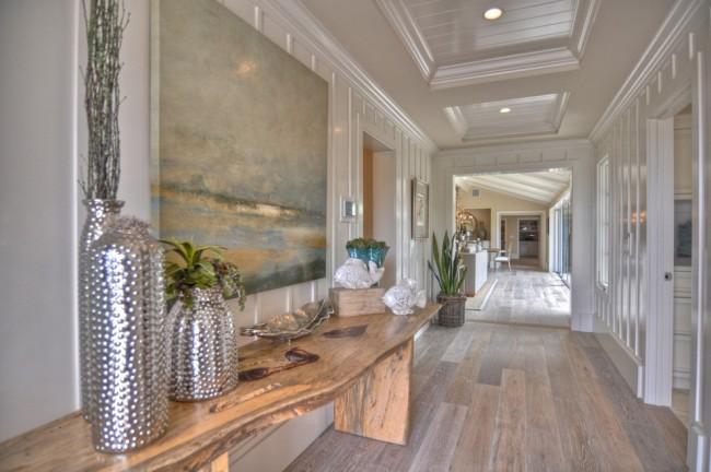 Couleur chêne blanchi.  Un bois naturel de couleur blanchie à la chaux s'intégrera le plus naturellement dans le couloir d'une maison de style plage.