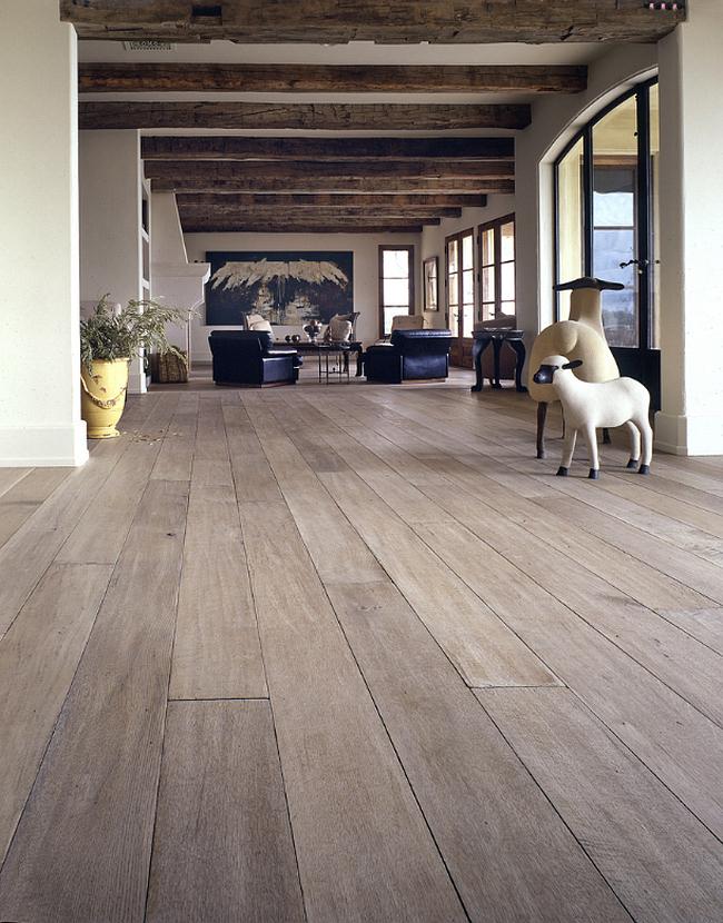 Couleur chêne blanchi.  Le parquet en chêne blanchi naturel est largement utilisé dans une grande variété de styles d'intérieur.