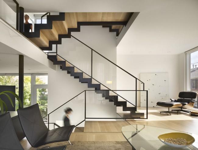 Couleur chêne blanchi.  La combinaison de différentes techniques de traitement du chêne semble originale : un escalier en bois de chêne noir et blanchi