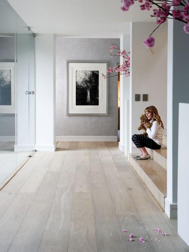 Couleur chêne blanchi.  Le chêne blanchi dans la décoration intérieure est mieux combiné avec la pierre naturelle, et le verre souligne également sa légèreté.