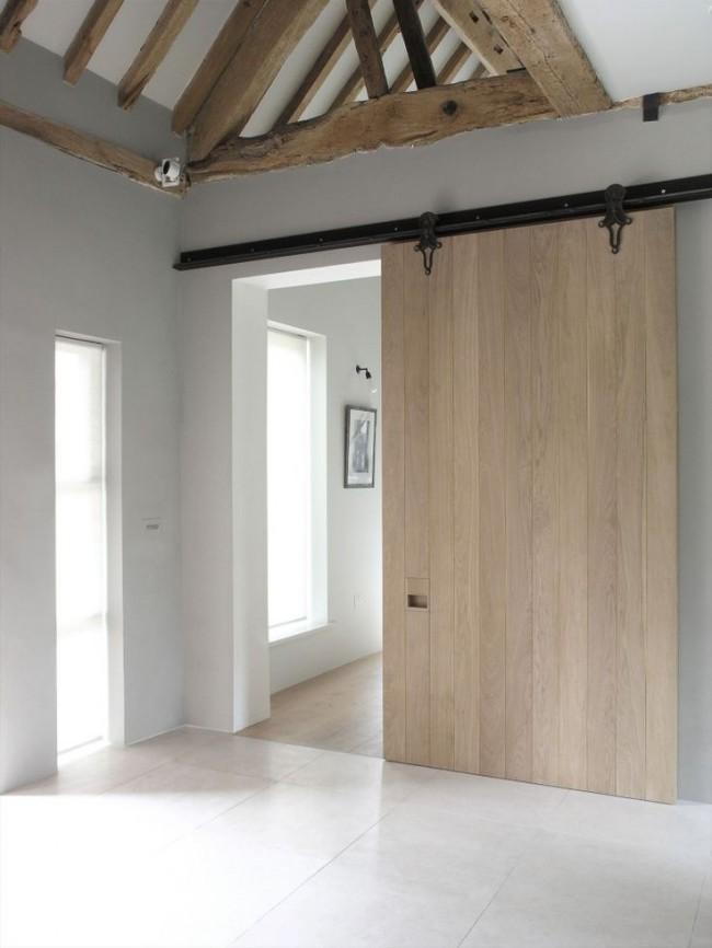 Couleur chêne blanchi.  Une porte de grange en chêne blanchi s'intégrera parfaitement dans un intérieur méditerranéen ou champêtre