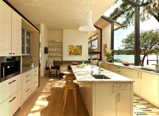 Couleur chêne blanchi.  La cuisine d'une maison de campagne peut être presque entièrement réalisée et décorée avec du bois, y compris du chêne blanchi.  Ceci, contrairement aux appartements en ville, n'aura pas l'air monotone.