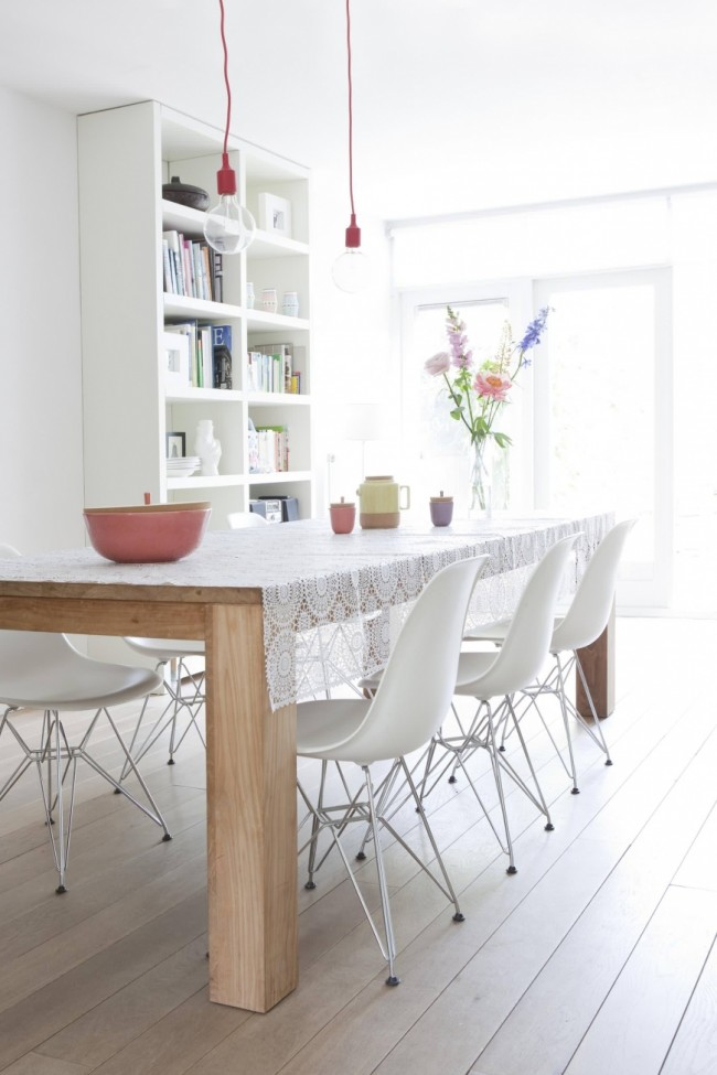Couleur chêne blanchi.  Table à manger rectangulaire simple en chêne dans une cuisine de style scandinave