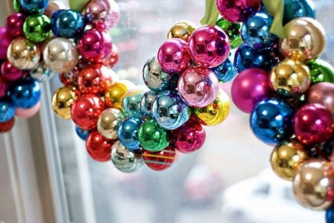 Guirlande sur la fenêtre faite de décorations de Noël