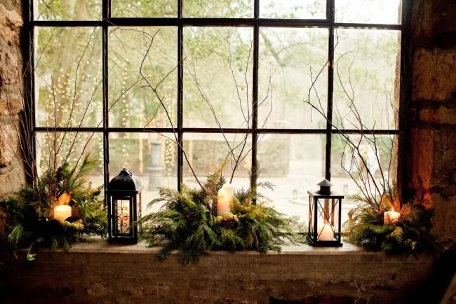 Les bougies dans les branches d'épinette sont très romantiques et festives.