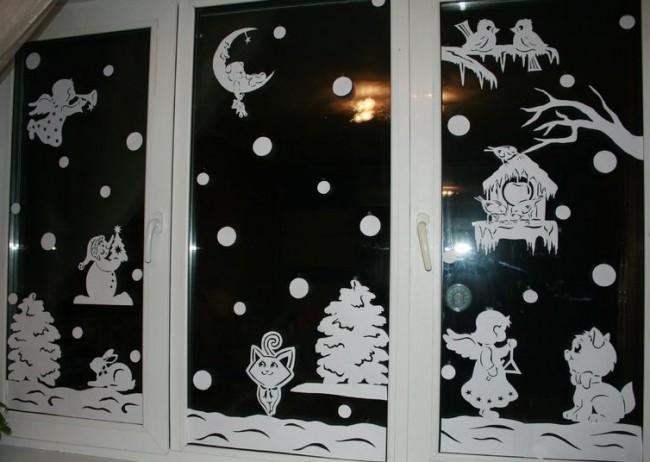 Complot de conte de fées d'hiver sur la fenêtre à l'aide d'un pochoir