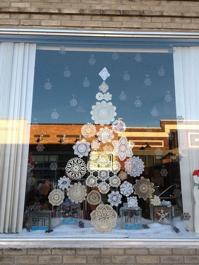 Un sapin de Noël fait de flocons de neige est l'une des options faciles pour décorer une fenêtre du Nouvel An
