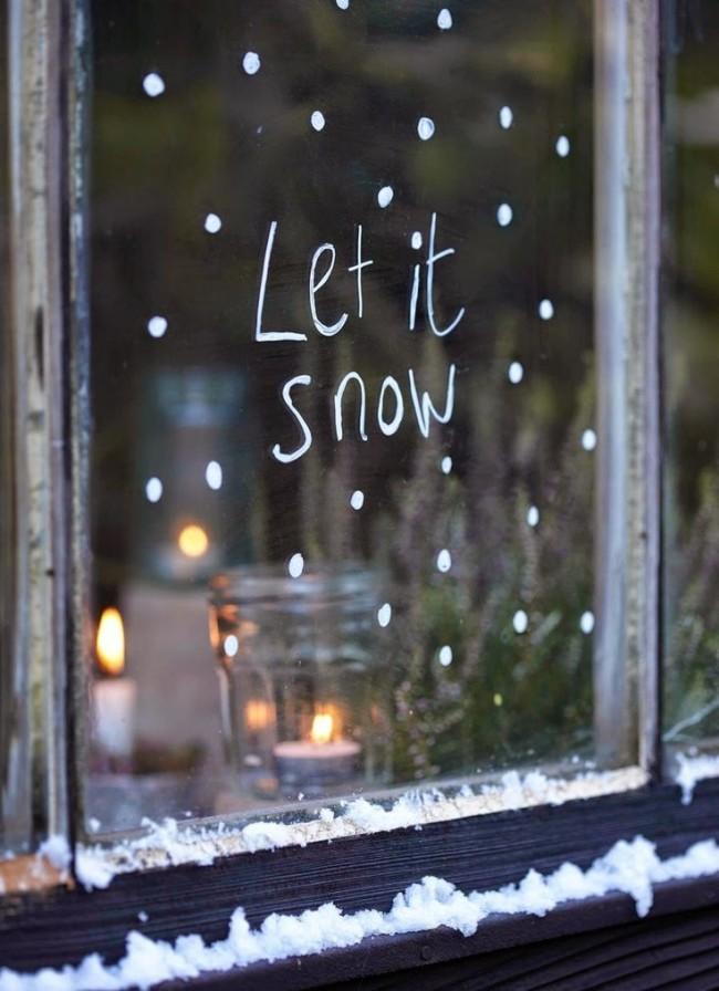 Une atmosphère festive est présente même avec un motif aussi léger et simple sur la fenêtre.