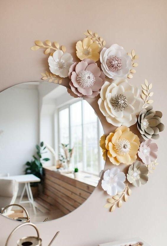 Encadrer le miroir avec des fleurs