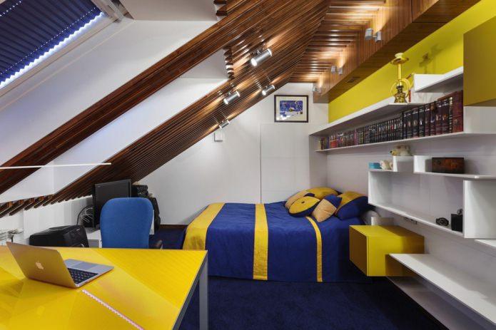 chambre avec un plafond bas mansardé