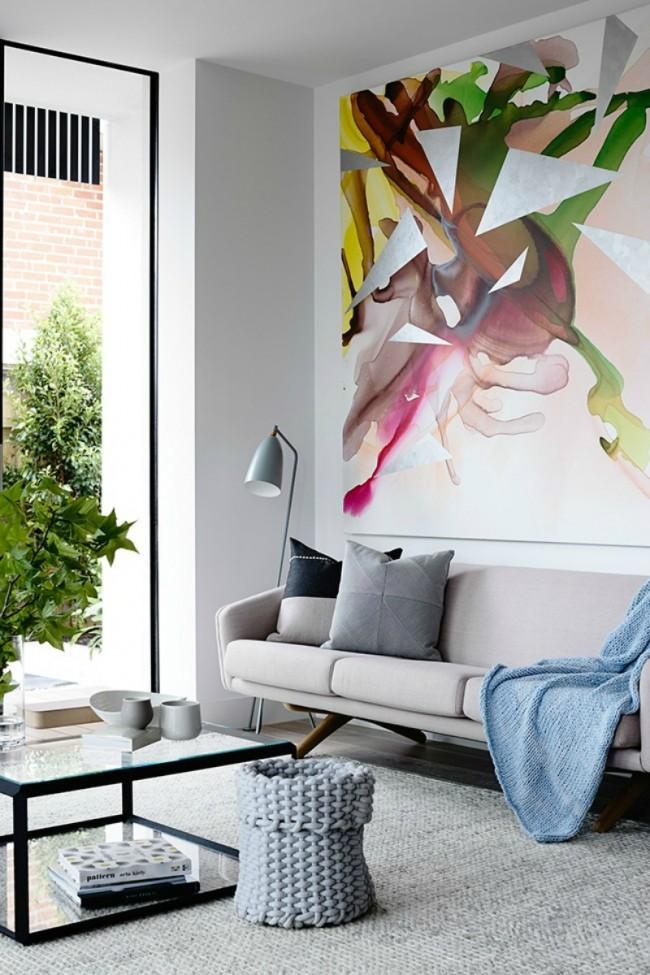 Une image élégante dans le salon porte l'énergie de l'optimisme et de l'activité