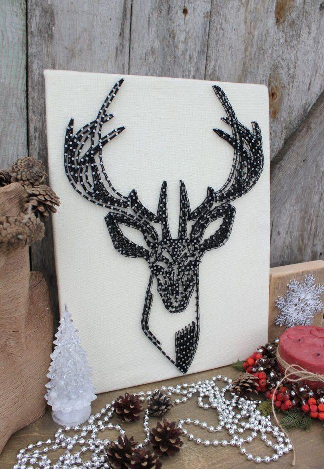 Un panneau noir et blanc avec un cerf aidera à créer une ambiance hivernale