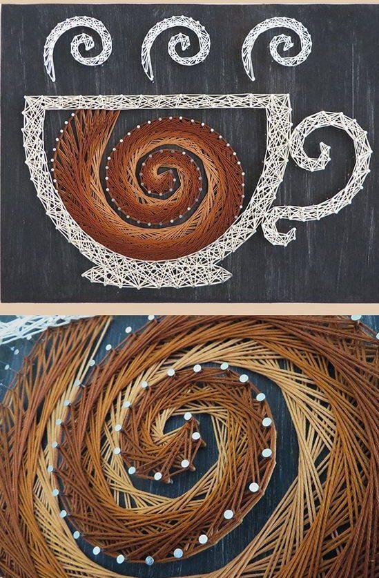 Panneau avec une tasse à café : les lignes en spirale ajoutent du dynamisme à l'image, et les fils de différentes nuances font ressembler l'image à de vraies peintures