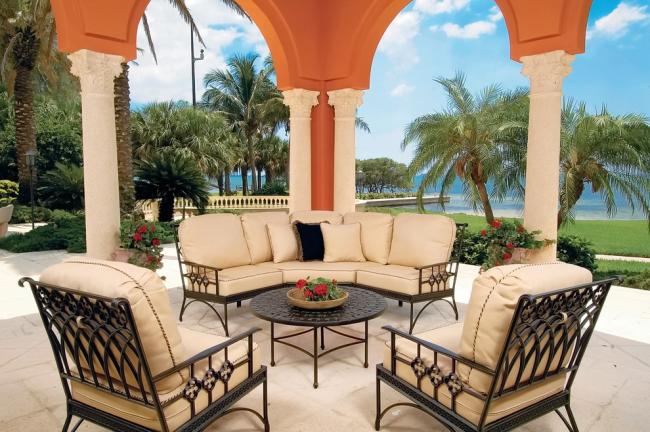 Les meubles forgés sont parfaits pour une véranda d'été