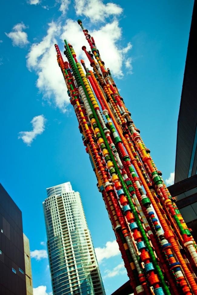 Artisanat à partir de bouchons de bouteilles en plastique.  Des colonnes multicolores intéressantes sont obtenues en fixant simplement différents couvercles les uns au-dessus des autres.
