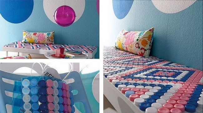 Artisanat à partir de bouchons de bouteilles en plastique.  L'ornement de couvercles multicolores peut être utilisé pour décorer une table ou un banc de jardin