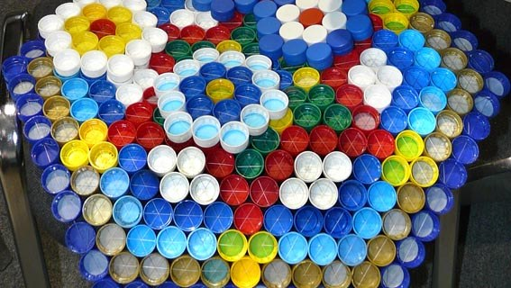 Artisanat à partir de bouchons de bouteilles en plastique.  Tapis de massage à motifs hexagonaux