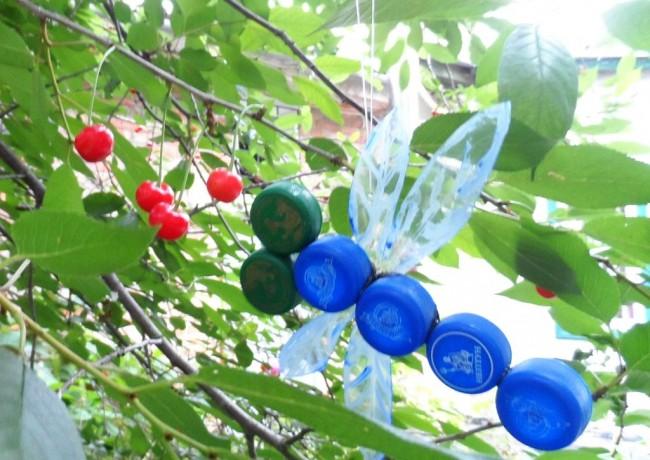 Artisanat à partir de bouchons de bouteilles en plastique.  Décoration de jardin suspendue : libellule lumineuse fabriquée à partir de capsules de bouteilles en plastique
