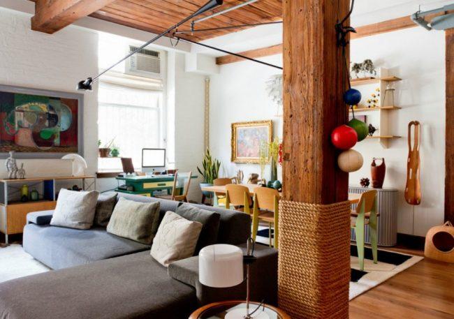 Colonne en bois séparant la cuisine et le salon