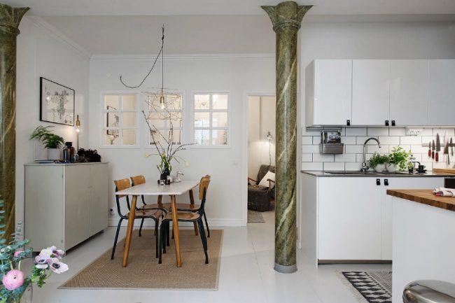 Belles colonnes en pierre naturelle à l'intérieur du style scandinave