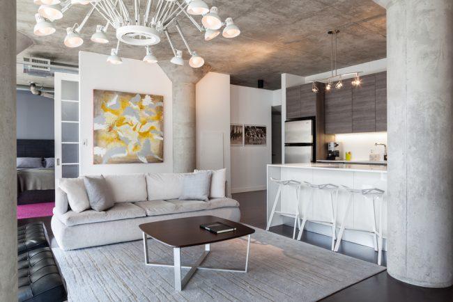 Colonnes en béton dans un intérieur moderne