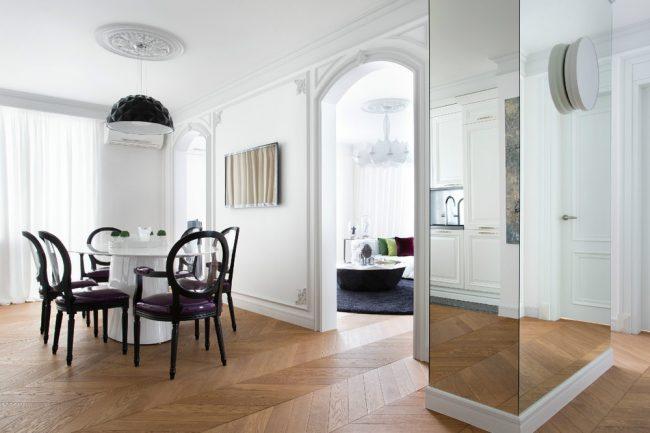 Large colonne décorative avec finition miroir